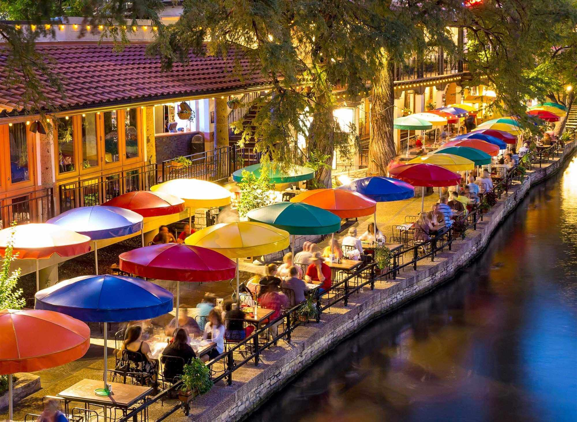 Families Enjoying Food nearby San Antonio Riverwalk Hotels - Weekly Hotels